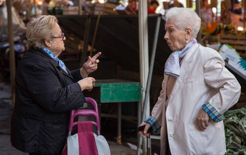 discussion-at-a-palermo-market_15379771953_o